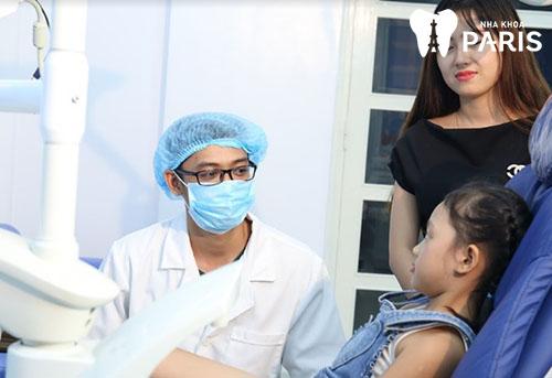 trẻ bị mẻ răng sữa 2